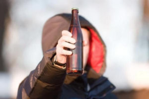 Распитие спиртных напитков несовершеннолетними: статья за спаивание, продажу алкоголя