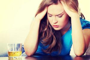 Девушка с алкоголем: последствия для здоровья и красоты